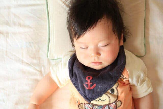 子供をおんぶで寝かしつけるコツ、おろすときの注意点