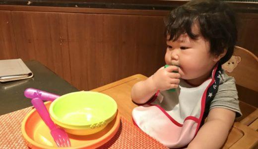 子ども用食器を使う赤ちゃん