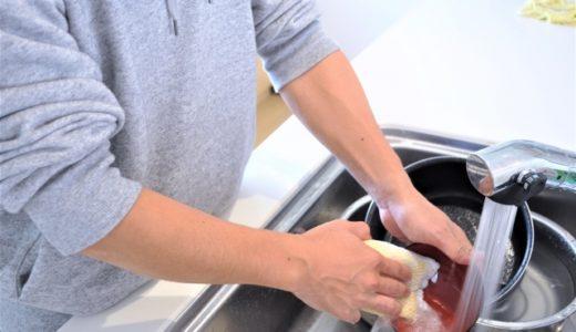 食器を洗う男性